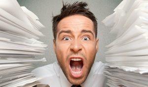 Imagine cu barbat care reactioneaza la stres